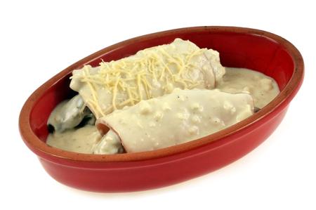Endives au jambon dans un plat sur fond blanc avant cuisson Banque d'images