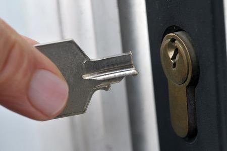 La llave rota frente a la cerradura.