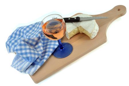 Kieliszek wina i wykres kołowy na desce do krojenia