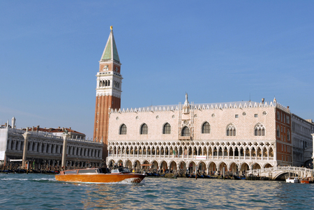 The Doges Palace and the Campanile in Venice Redactioneel
