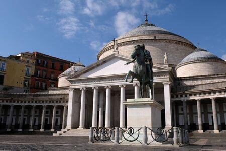 Basilique San Francesco di Paola et statue de Charles VII de Naples Stock Photo