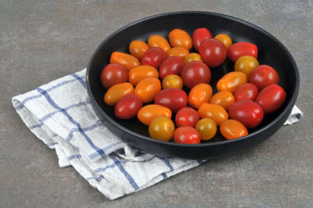 Plate of two-colored cherry tomatoes close-up Stockfoto