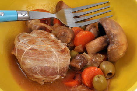 Veal paupiette cooked with vegetables and mushrooms close-up Banque d'images