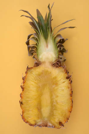 Pineapple cut in half close-up on yellow background Banque d'images