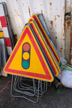 French construction signs stacked indicating a traffic light Banque d'images