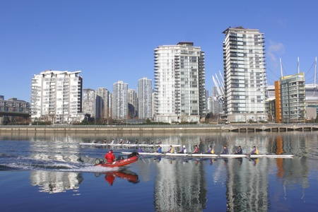 バンクーバーのイングリッシュベイでチームを漕ぐ 写真素材 - 11543017