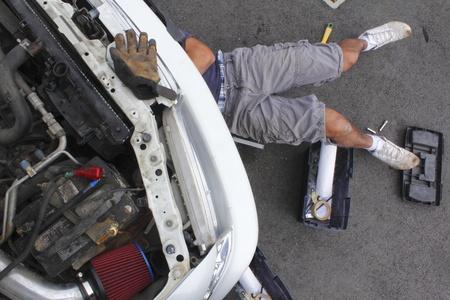 Man Onder de motorkap Stockfoto