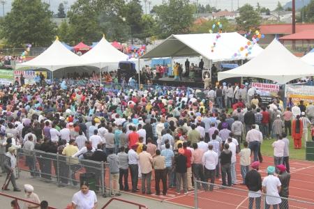 exhibition crowd: Abbotsford, British Columbia - 15 luglio 2012 - Una folla di canadesi Indo godere di un concerto all'aperto al quartiere fieristico di Abbotsford. Editoriali