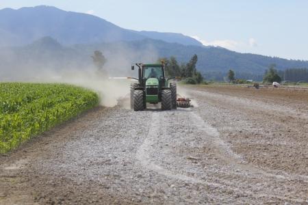 Kalk wordt uitgespreid op een veld om de bodem te verrijken Stockfoto