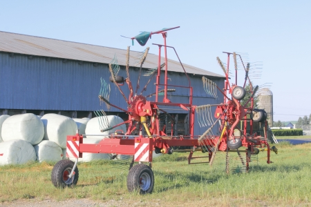 Side delivery rake for raking crops