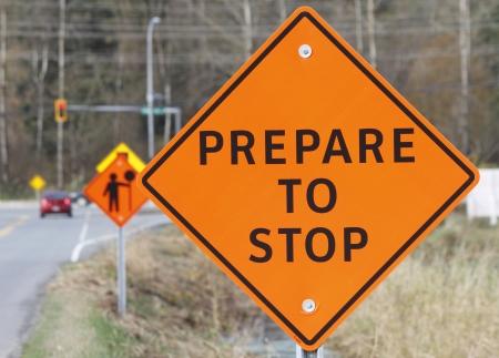 건설 도로 표지판은 다가오는 자동차 운전자에게 경고합니다. 스톡 콘텐츠