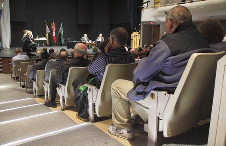 Audience Listens to Mayoral Debate Редакционное