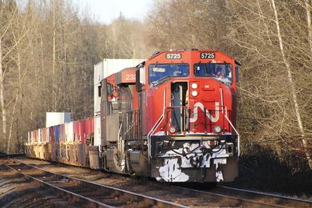 Een trein werknemer de motor aan de slag gaat Redactioneel
