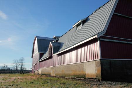 30 jaar metalen dak wordt gebruikt op een moderne schuur om langdurige bescherming te garanderen. Stockfoto