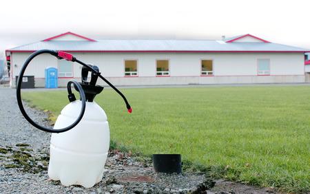 d�sinfectant: Un r�cipient de d�sinfectant est utilis� pour pulv�riser des bottes avant d'entrer dans un �tablissement de poulet pour se prot�ger contre la grippe aviaire.