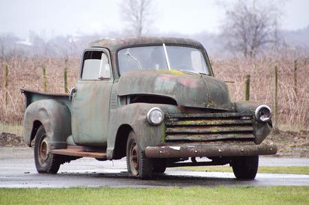 Een klassieke Amerikaanse vintage vrachtwagen gaat om iemand te zijn \\\\