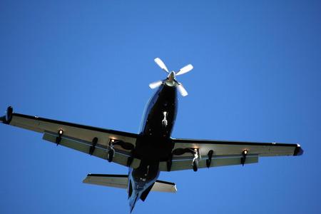 underbelly: Il ventre di un aereo a elica singola in volo.
