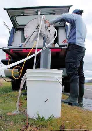 seau d eau: Instrumentation est utilis� pour recueillir et analyser l'eau de puits. Banque d'images