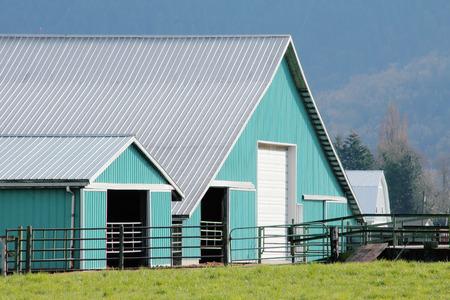 prefabricated buildings: Los techos de metal y material prefabricado comprenden modernos edificios de la granja con muchos usos.