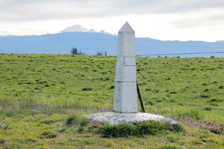 西部のワシントン州でアメリカとカナダの国境検問所を表示するマーカー。