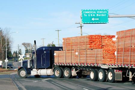 Vrachtwagens met Canadese producten maken gebruik van een bedrijfsvoertuig rijstrook om goederen te importeren in de Verenigde Staten.