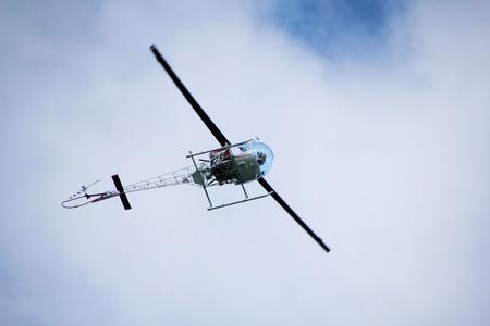 underbelly: Underbelly di un elicottero come si avvicina l'aeroporto.