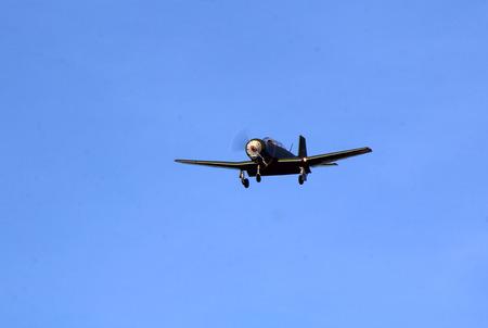 avion chasse: Un seul moteur WWII avion de chasse approche de la piste. Banque d'images