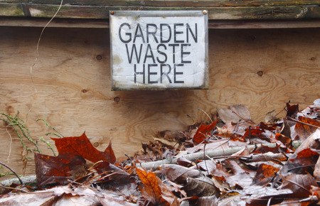 A posted sign indicates where garden compost is placed. Banco de Imagens