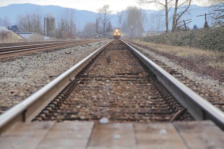 트랙을 내려다보고 우리는 접근하는 기차를 본다. 스톡 콘텐츠