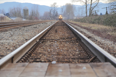 Ver naar beneden het spoor zien we een trein naderen.