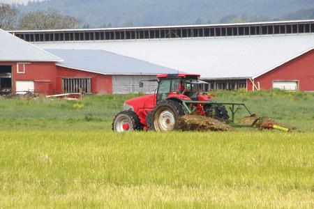 seeping: A farmer fertilizes his field by spreading liquid manure.