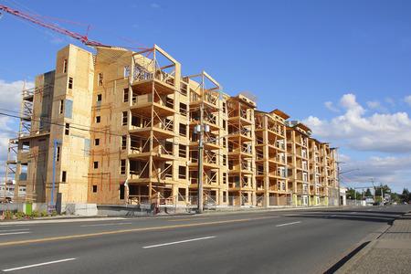 Een multi-family condominium is in aanbouw.