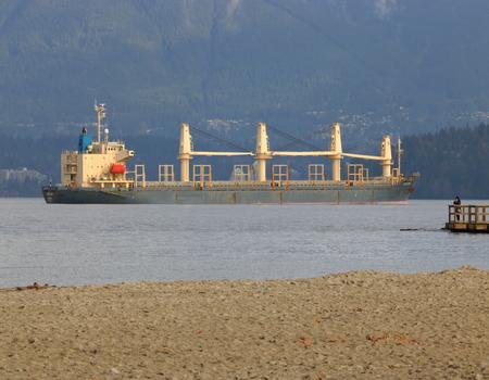 El Oakland, un buque de carga que enarbolen el pabellón de Panamá, en la Bahía de Inglés en Vancouver el 21 de noviembre de 2016. Editorial