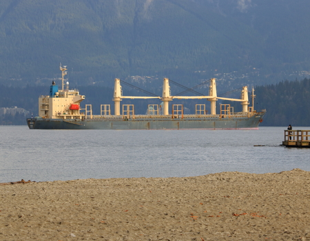 bandera de panama: El Oakland, un buque de carga que enarbolen el pabellón de Panamá, en la Bahía de Inglés en Vancouver el 21 de noviembre de 2016. Editorial