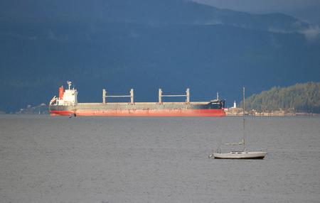 El africano Seto, un granelero que navega bajo bandera panameña, espera en la bahía inglesa de Vancouver para descargar la carga.