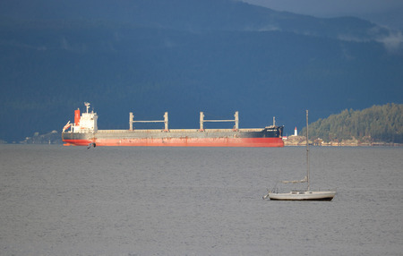 bandera de panama: The African Seto, a bulk carrier sailing under a Panamanian flag, waits in Vancouvers English Bay to unload freight.