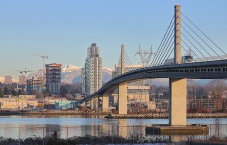 밴쿠버의 스카이 브리지 (Skybridge)와 스카이 트레인 (Skytrain)은 프레이저 강 (Fraser River)에서 리치몬드 (Richmond)를 횡단합니다. 스톡 콘텐츠