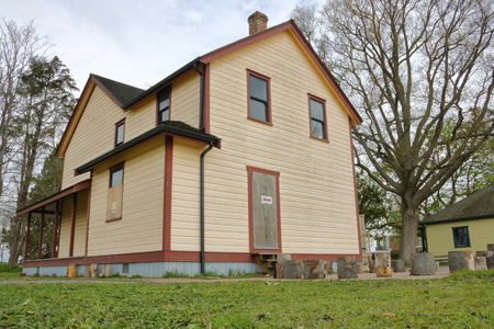 The Parson House is an example of early settlement in the Terra Nova region of Richmond, BC and is an example of the Queen Anne Revival style seen here on April 17, 2017. Редакционное