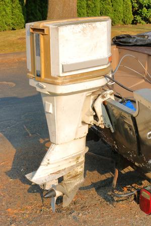 여전히 사용중인 오래 된 75 마력 계신 모터의 세로보기.