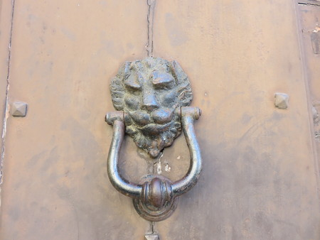 An antique iron knocker of a door Stockfoto
