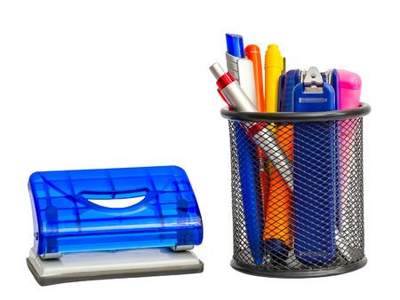articulos de oficina: Titular estacionario con artículos escolares y de oficina y golpeador. Aislado en el fondo blanco. Foto de archivo