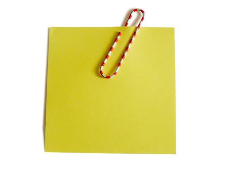 papel de notas: Nota amarilla con el clip de papel de colores aislados sobre fondo blanco