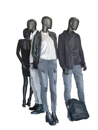 mannequin: Groupe de mannequins portent des v�tements casual isol� sur fond blanc