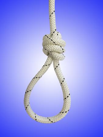 ahorcado: Cuerda con el nudo y el lazo contra el fondo azul Foto de archivo