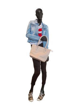 mannequin: Mannequin femme habillée dans des vêtements décontractés. Isolé sur fond blanc. Aucun nom de marque ou d'objets de droits d'auteur.