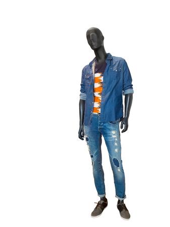 pleine longueur mannequin masculin habillé en chemise et des jeans en denim bleu, isolé sur blanc. Aucun nom de marque ou d'objets de droits d'auteur.