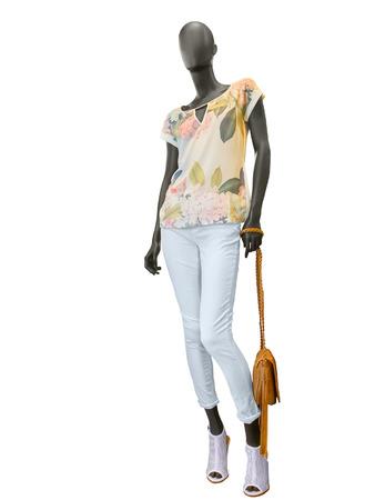 tela blanca: Ropa femenina en un maniquí con el bolso en el fondo blanco. No hay nombres de marca u objetos de derechos de autor.