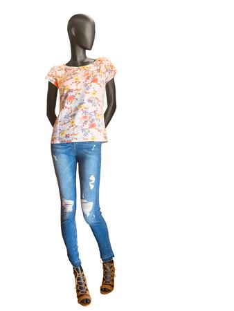 Vrouwelijke mannequin gekleed in jeans en bloemen t-shirt, geïsoleerd op een witte achtergrond. Geen merknamen of auteursrechtenobjecten.