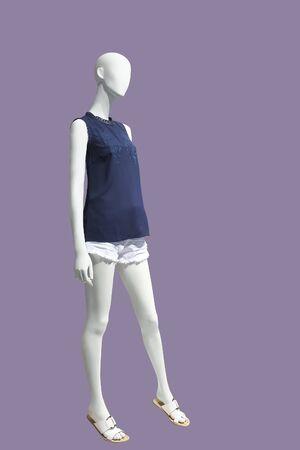 Weibliche Schaufensterpuppe in voller Länge in modischer Sommerkleidung, isoliert Keine Markennamen oder Copyright-Objekte.
