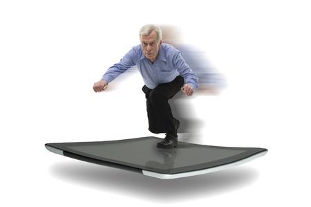 Senior zakenman surfen op een pc tablet, symbool van een snelle high-tech